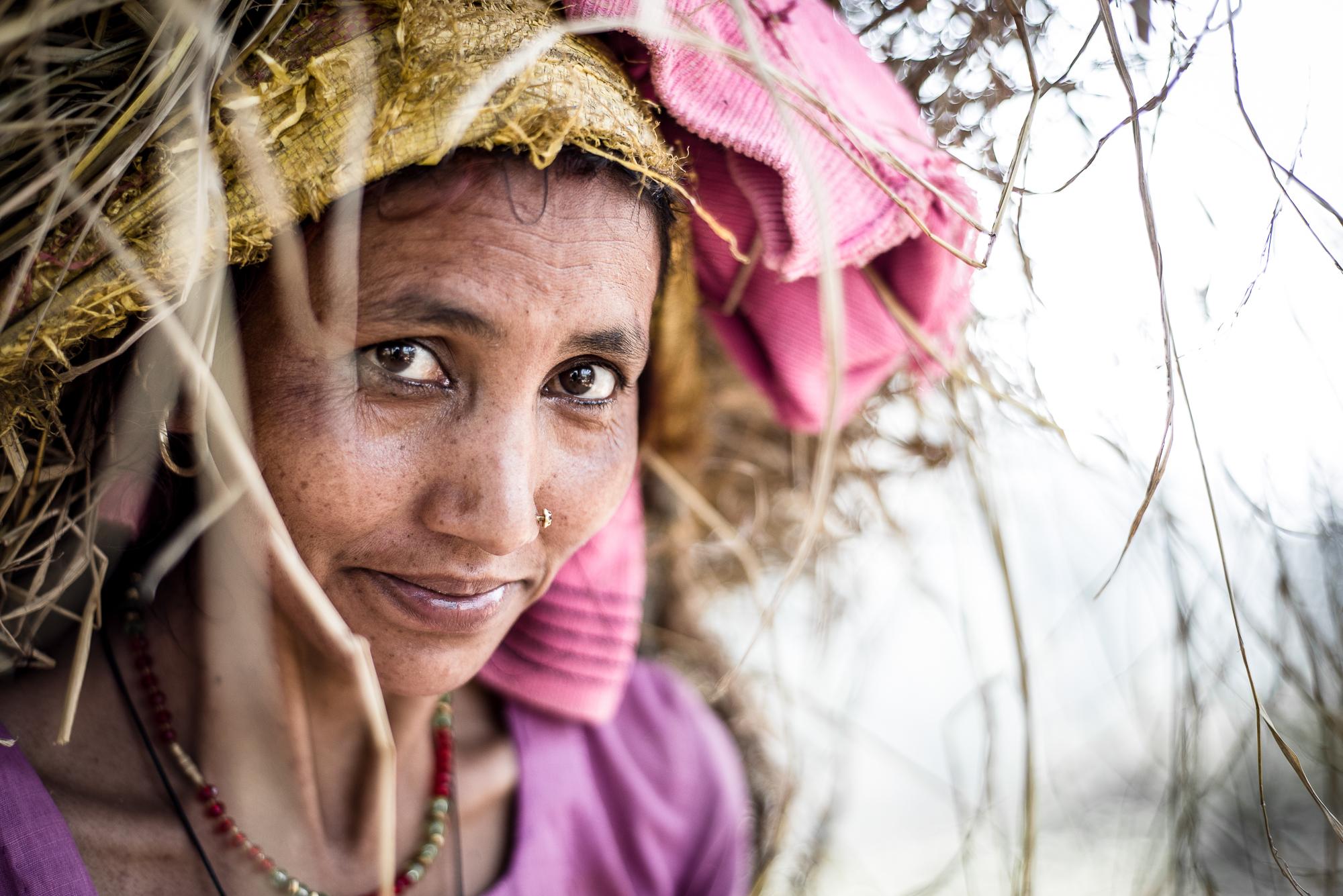110.Kobieta wracająca zpracy wpolu, Nepal